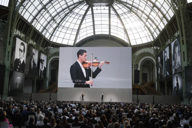 「1萬小時定律」主張音樂家等各領域奇才皆是「熟能生巧」而來。圖為英國小提琴家查理.席姆(Charlie Siem)6月20日在法國首都巴黎大皇宮登台演奏。(美聯社檔案照)
