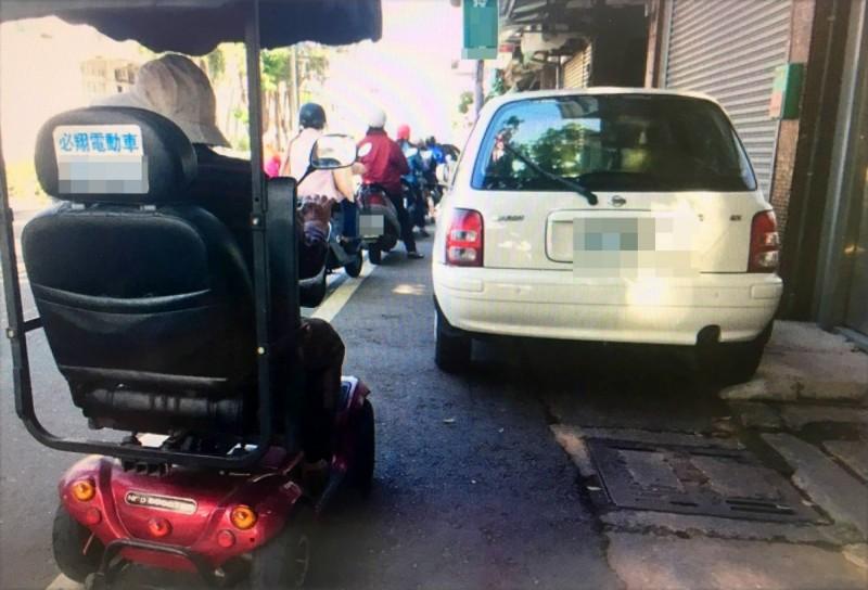 警方提醒老人騎電動代步出門,記得要靠邊,晚上不要騎出門,以策安全。 照片與本新聞無關。(記者陳鳳麗翻攝)
