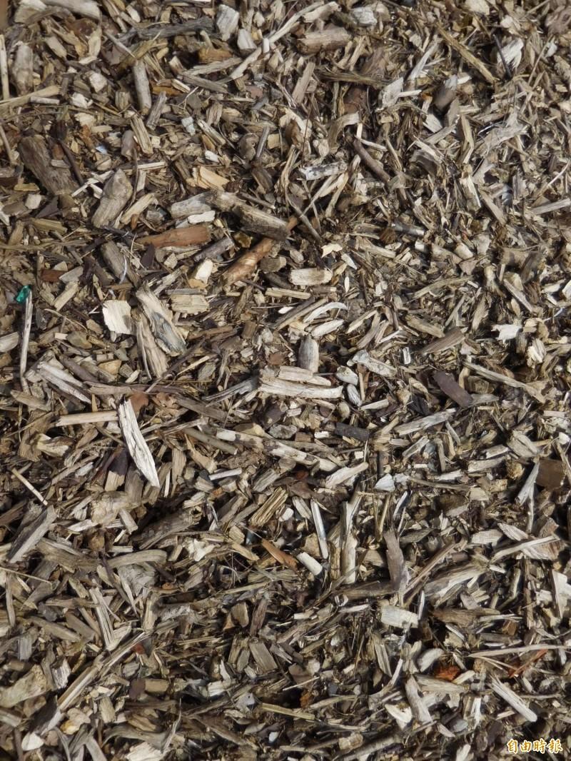 廢樹枝破碎後木料成品。(記者黃鐘山攝)