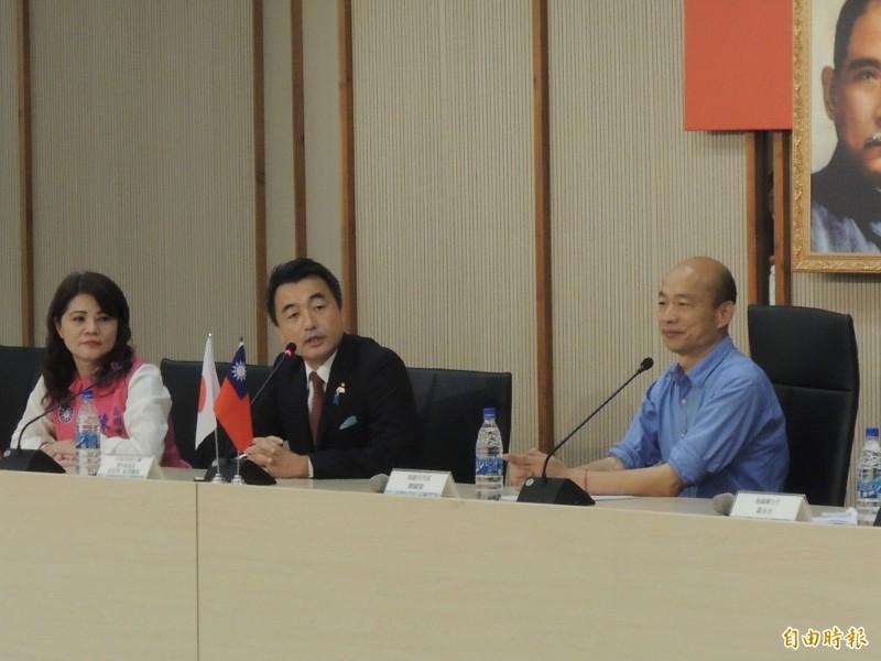 日本自由民主黨青年局長佐佐木紀眾議員(中)跟韓國瑜說,別讓現在香港變成明日台灣。(記者王榮祥攝)
