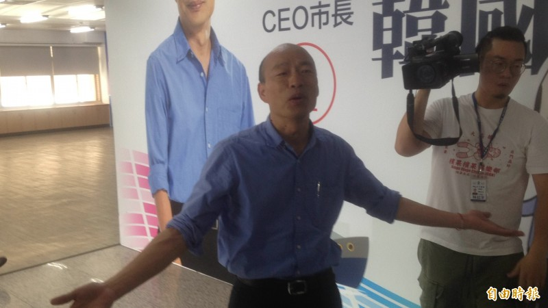 韓國瑜被堵訪,略顯疲態稱「照到滿意為止。」(記者黃旭磊攝)