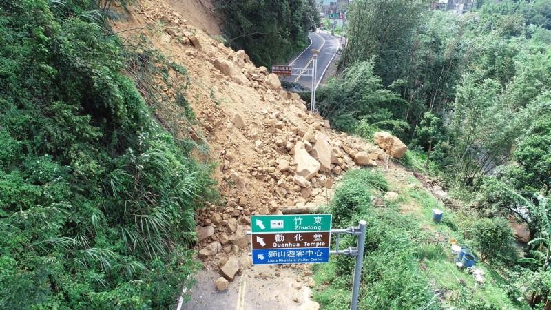 南庄124縣道獅頭山段日前山崩,大量土石掩蓋道路。(記者鄭名翔翻攝)