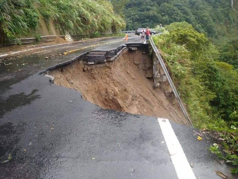 苗21線道11.7公里日前也因颱風導致地基塌陷,僅剩一車道可通行。(記者鄭名翔翻攝)