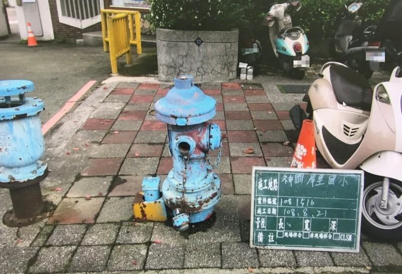 台中市神岡區岸裡國小前原本有一支全台唯一的藍色消防栓(右)。(記者歐素美翻攝)