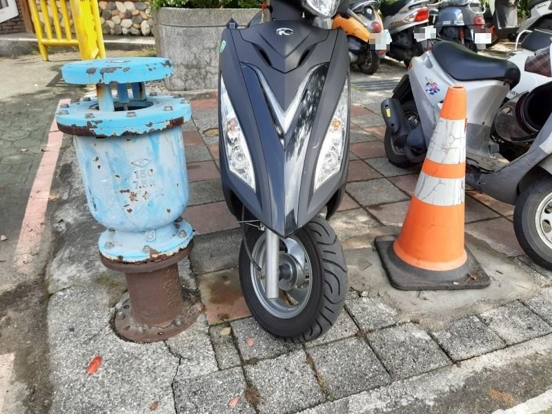 台中市神岡區岸裡國小前全台唯一的藍色消防栓,自來水公司已於21日拆除,只剩一旁的藍色排氣閥。(記者歐素美攝)