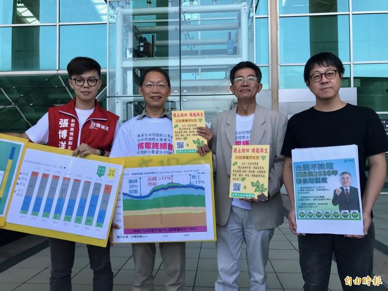 尹立(右起)、劉志堅、潘翰聲、張博洋連袂痛批重啟核四,稱這是政客選票提款機詐術。(記者洪臣宏攝)