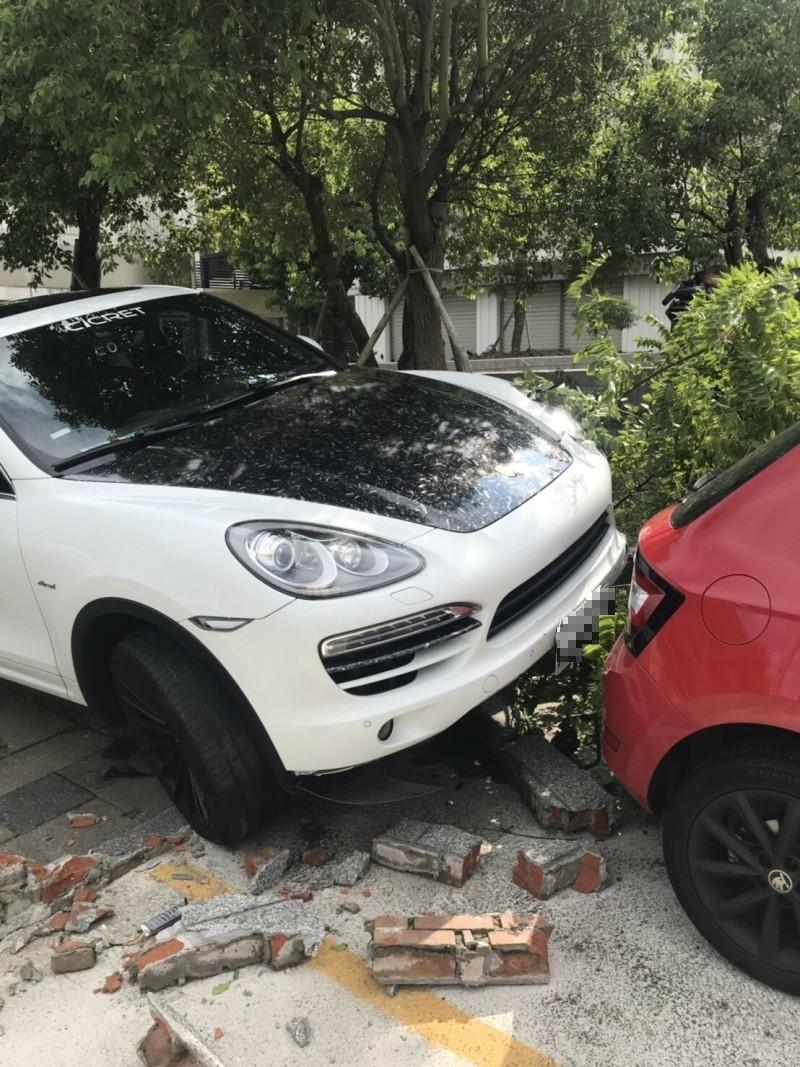夫妻開著保時捷吵架,妻子竟駕車衝撞跳車丈夫,結果撞到圍牆再路旁轎車。(記者鄭景議翻攝)