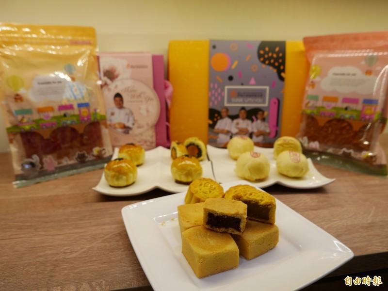 麵包冠軍王鵬傑技術指導草莓酥與草莓燒菓子加上蛋黃酥、肉乾等,推出5款苺好中秋禮盒。(記者蔡淑媛攝)