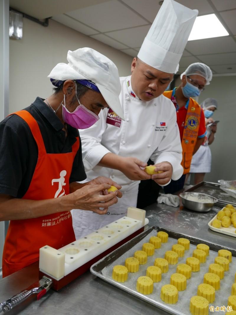 麵包冠軍王鵬傑指導庇護工場員工製作月餅。。(記者蔡淑媛攝)