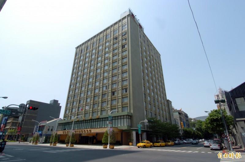 高雄市鹽埕區第一家星級飯店華王大飯店驚傳11月起停止營業。(記者張忠義攝)