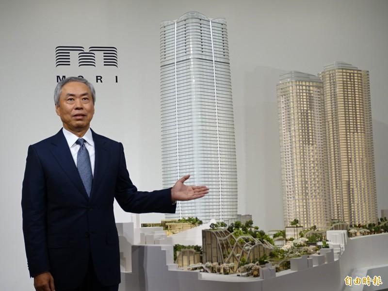 森大廈社長辻慎吾與「虎之門、麻布台開發計畫」模型。(記者林翠儀攝)