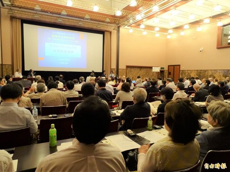 日本每日新聞所屬的「亞洲調查會」,22日在東京的日本記者俱樂部舉辦「現代台灣的轉變」研討會。(記者林翠儀攝)