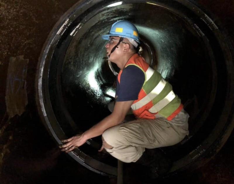 工程人員深入管線補漏修檢。(台水提供)