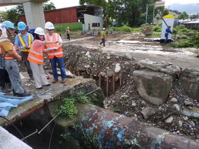 台水董事長魏明谷與第四區處長蕭淑貞在幹管工程一早就到現場視察。(台水提供)
