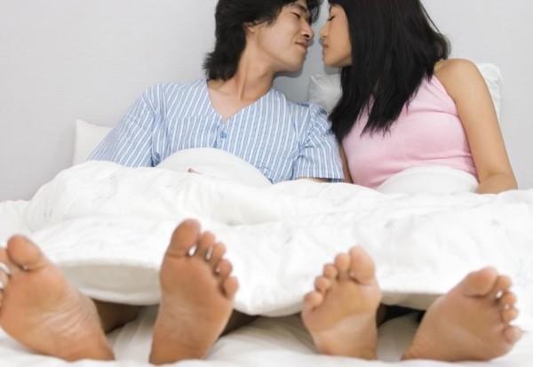 法官認為沒有性器接合證據,老公的單方口供不足為證,判小三無罪。(情境照)