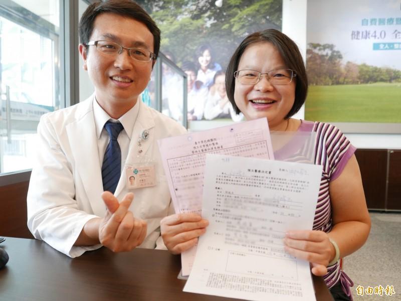 邱姓護理師(右)簽署預立醫療決定,為未來生命末期先做決定。(記者蔡淑媛攝)