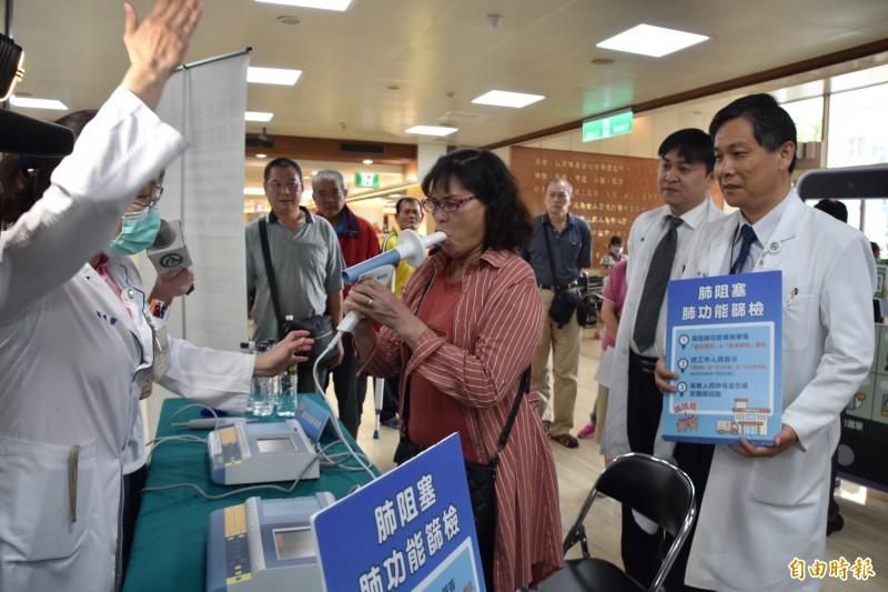 彰化基督教醫院舉辦「健康呼吸不肺力」衛教篩檢活動。(記者湯世名攝)