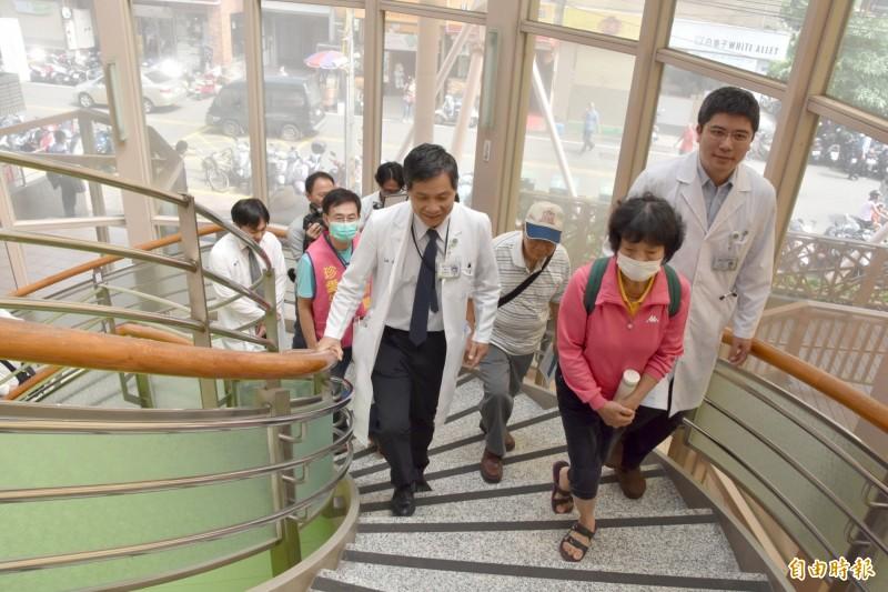 民眾可以隨時隨地利用爬樓梯來檢視自己的肺活量。(記者湯世名攝)