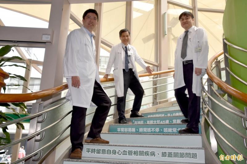 彰基在院內樓梯設置「肺阻塞衛教階梯」,加深民眾對肺阻塞的意識。(記者湯世名攝)
