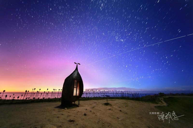 攝影愛好者陳雅惠今天清晨在加路蘭捕捉到國際太空站劃破星空的畫面。(記者黃明堂翻攝)