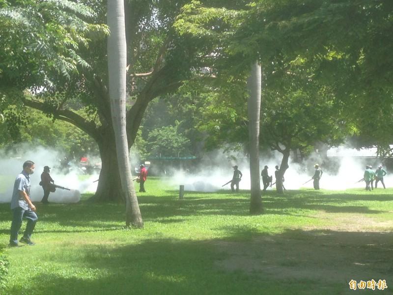 高雄女子於柬埔寨、泰國感染登革熱,防疫團隊噴藥滅蚊。(記者黃旭磊攝)