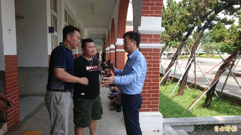 長榮中學董事長也是內政部次長的陳宗彥,在會前與長榮中學教師會代表協商。(記者洪瑞琴攝)