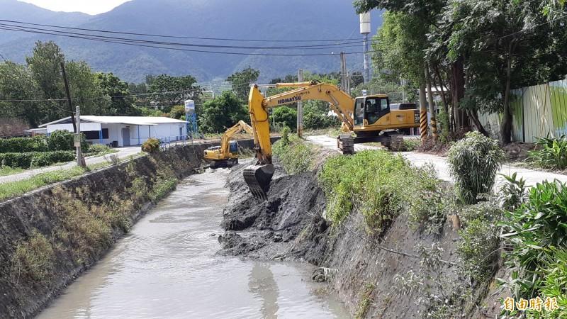 白鹿颱風逼近,台東縣排水系統緊急清淤。(記者黃明堂攝)