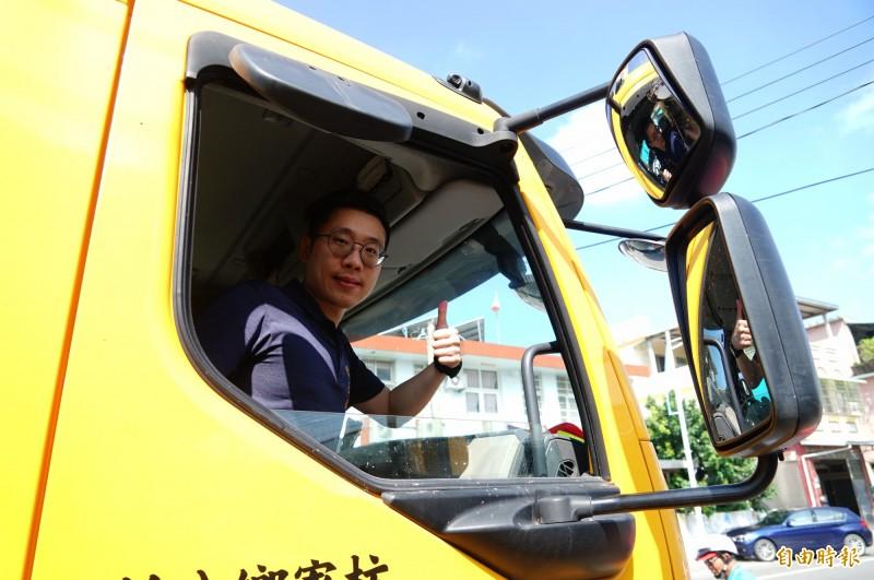 枋寮鄉長陳亞麟推動垃圾車裝上衛星定位發報器,追蹤垃圾車並透過app提供動態,以利鄉親方便丟垃圾。(記者陳彥廷攝)
