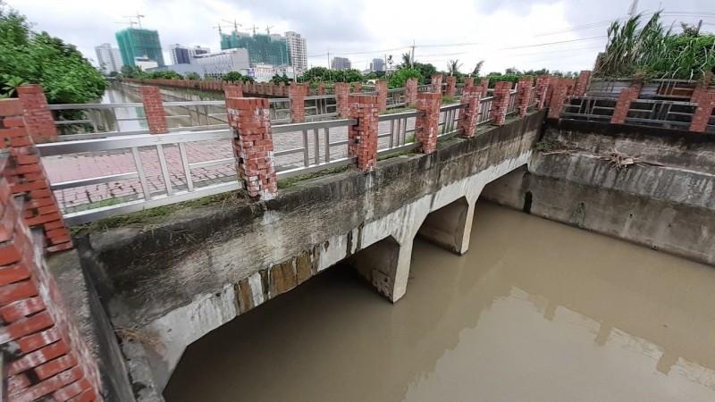 打通高雄淹水瓶頸,水利局拆無名橋。(記者蔡清華翻攝)