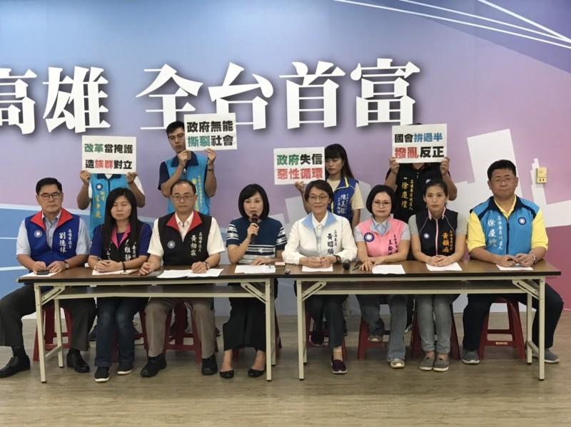 國民黨高市立委參選人批評年改釋憲只是打假球,並未平反。(記者王榮祥翻攝)