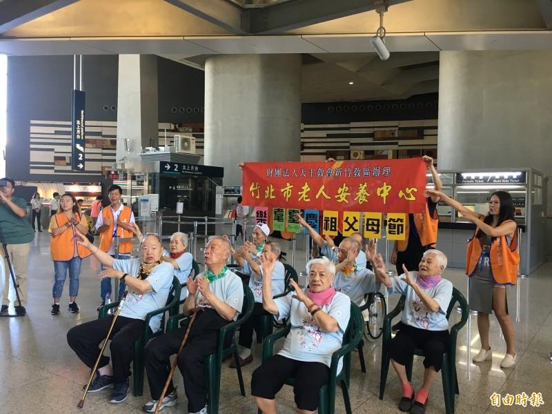 竹北市老人安養中心10名加起來近千歲的爺爺、奶奶們,今天下午在高鐵新竹站合唱演出,展現訓練多時的成果,博得旅客的熱情掌聲,紛紛為這些和藹可親的長者送上支持與鼓勵。(記者廖雪茹攝)