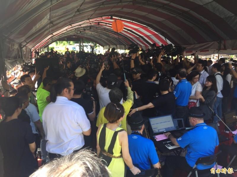 「柯郭王」今早首度和體同框,各家媒體擠進舞台區前搶拍照或錄影,團團圍住3人,市長柯文哲認為「太亂了」,但柯就是造成這場亂局的主角之一。(記者陳璟民攝)