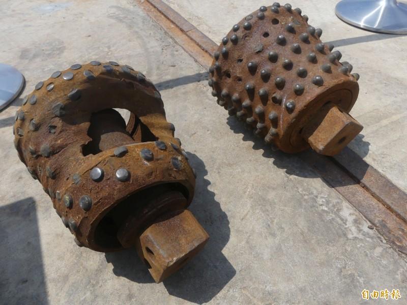 金門大橋施工進度突破五十%,施工單位展示所使用的鑽頭,每一顆都超過六十公斤,從破損情形更可見施工鑽探不易。(記者吳正庭攝)
