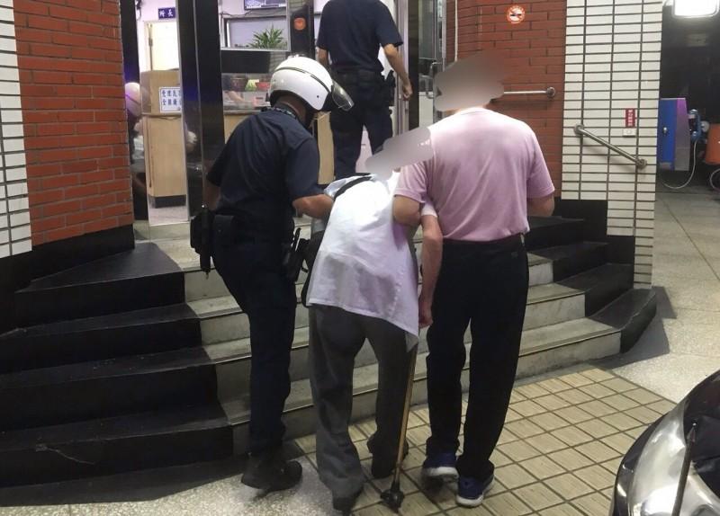高齡90歲的劉姓老翁迷途,昨天深夜11時許枯坐在基隆市田寮河畔,六神無主之際,遇到好心路人報警,讓警方得以聯絡到劉翁家人。(記者林嘉東翻攝)