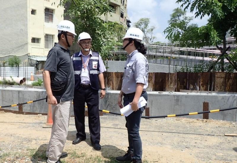 南市工務局派員工地巡查維安防颱。(工務局提供)