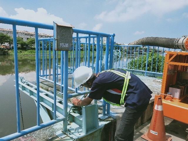 台南市水利局今天啟動防汛巡查,包含抽水站與移動式抽水機油料補充及測試等,全市已預佈396台移動式抽水機。(記者楊金城翻攝)