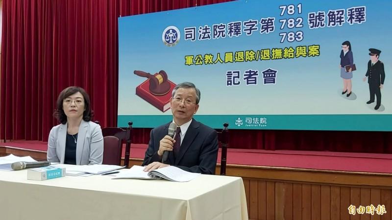 司法院秘書長呂太郎(右)說明大法官對軍公教釋憲案的解釋文。(記者陳慰慈攝)