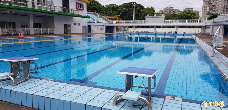 鳳山游泳池將委外經營,票價確定會上漲。 (記者陳文嬋攝)