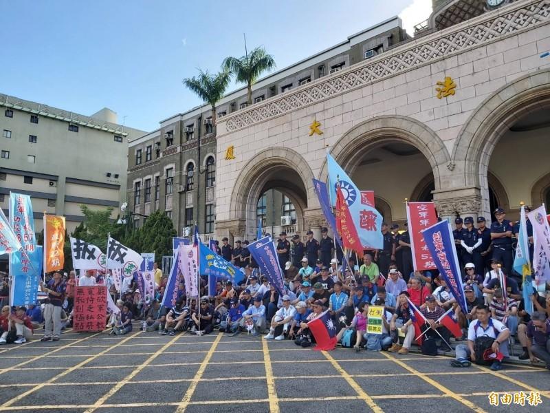 反年改團體「中華民國八百壯士捍衛中華協會」等團體今至司法院前集會。(記者陳慰慈攝)