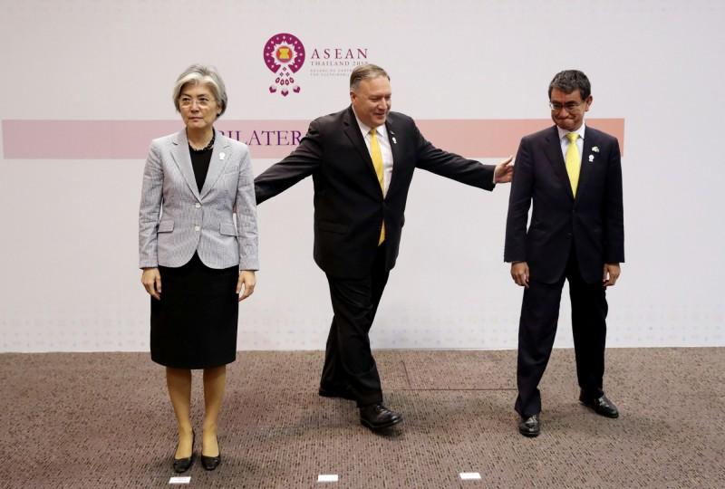 8月2日在泰國出席東協會議的美國國務卿龐皮歐(中)、日本外務大臣河野太郎(右)和南韓外交部長康京和(左)三邊會議後準備合照。(路透)