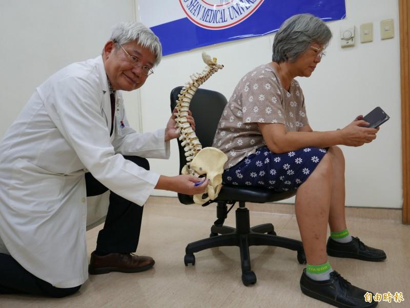 醫師何啟中指宋小姐彎腰駝背久坐滑手機,造成右臀梨狀肌發炎腫脹,壓迫坐骨神經痛。(記者蔡淑媛攝)