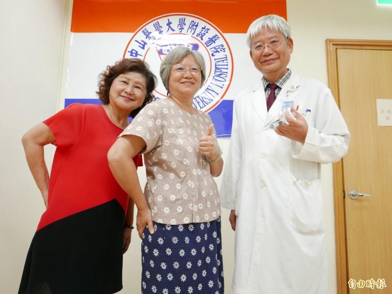 宋老師(中)與魏小姐坐骨神經痛,接受醫師何啟中注射增生療法。(記者蔡淑媛攝)