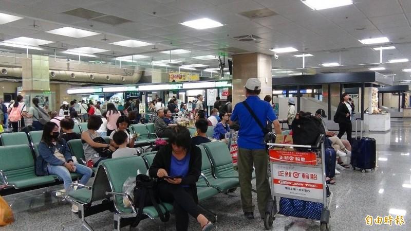 澎湖機場今日僅上午正常飛行,但補位旅客不多。(記者劉禹慶攝)