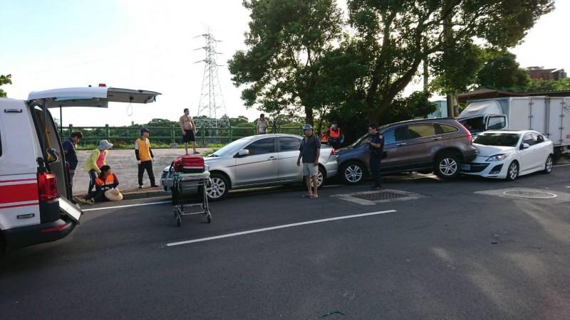 蘆竹今晨發生重大車禍,現場一片狼藉。(消防局提供)