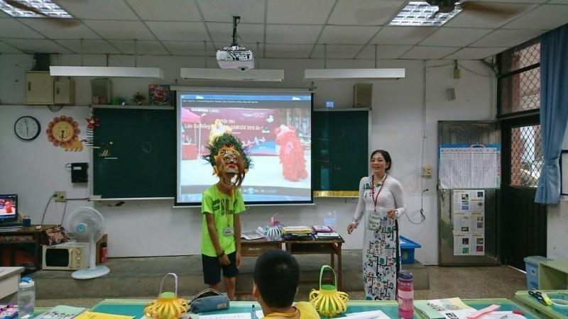 武氏芳恆表示,上課學生有近3成不是新住民二代,能藉美食、歌舞自然學習語言和文化。(新北市政府教育局提供)