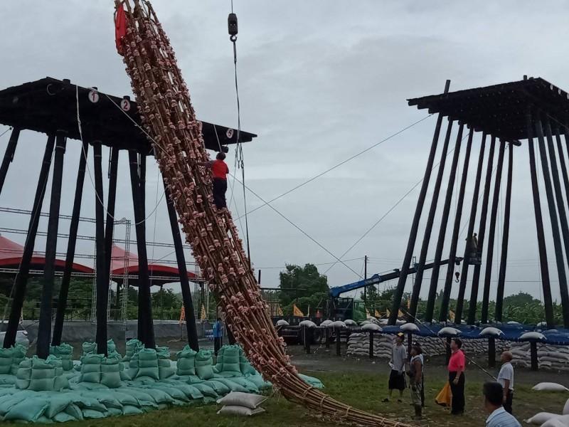 受白鹿颱風外圍雲系影響,宜蘭縣下午風雨漸增,強風大雨竟把頭城搶孤飯棚上13公尺高飯棧給吹倒。(記者林敬倫翻攝)
