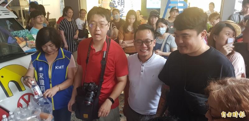 基隆市議員宋瑋莉(左1)與議員童子瑋(左3)也到場協助發放漢堡;宋瑋莉還提供礦泉水給來買漢堡的熱心市民。(記者俞肇福攝)