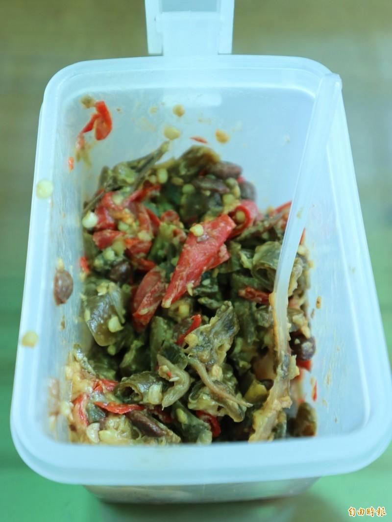 陳家文自製獨門辣椒醬,成為許多老饕的最愛。(記者歐素美攝)