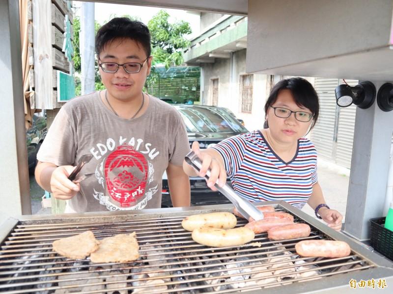 陳家文和太太許茗媛胼手胝足,一起創業擺攤賣炙燒米腸。(記者歐素美攝)