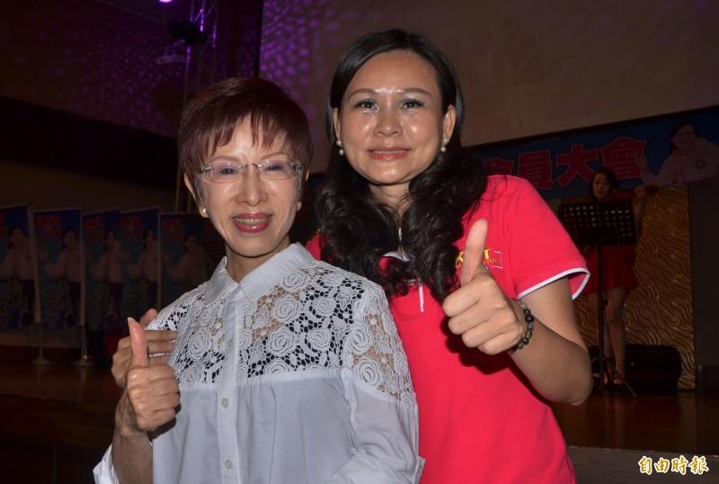 台南市議員林燕祝(右)舉辦燕祝之友會晚宴,前國民黨主席洪秀柱現身力挺。(記者吳俊鋒攝)
